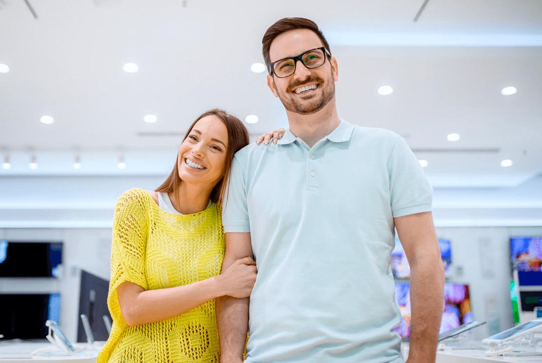 Casal de clientes sorridentes